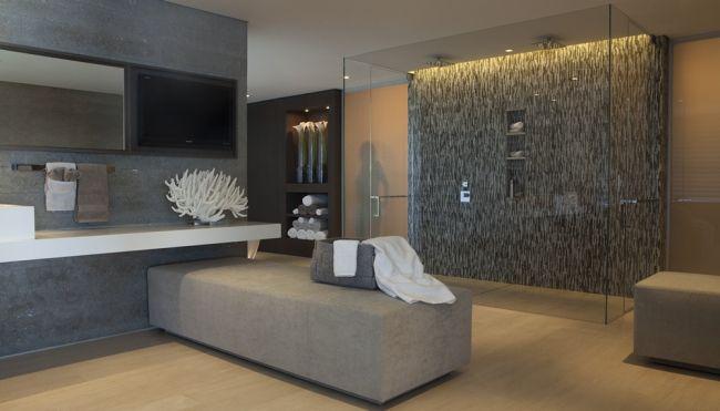 To już nawet nie łazienka a pokój kąpielowy - zobacz jak wygląda piękna, nowoczesna łazienka! Przestronny, przeszklony prysznic z deszczownicą, wygodna pufa, wanna - częstym rozwiązaniem w nowoczesnych łazienkach jest również dodatkowo towarzysząca sauna - ponieważ nowoczesne projektowanie to niestandardowe rozwiązania! Łazienka w luksusowej willi Rockledge Residence, Kalifornia.