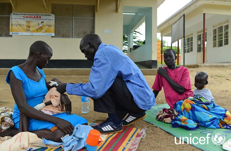 DAROWIZNA DLA DZIECI: Pomoc w szpitalu w Dżubie znalazła między innymi 3-letnia Nyambir Yai. Gdy rodzice przynieśli ją do szpitala, była tak niedożywiona, że tata musiał karmić ją mlekiem terapeutycznym przez strzykawkę. Pomóż na www.unicef.pl/sudan.