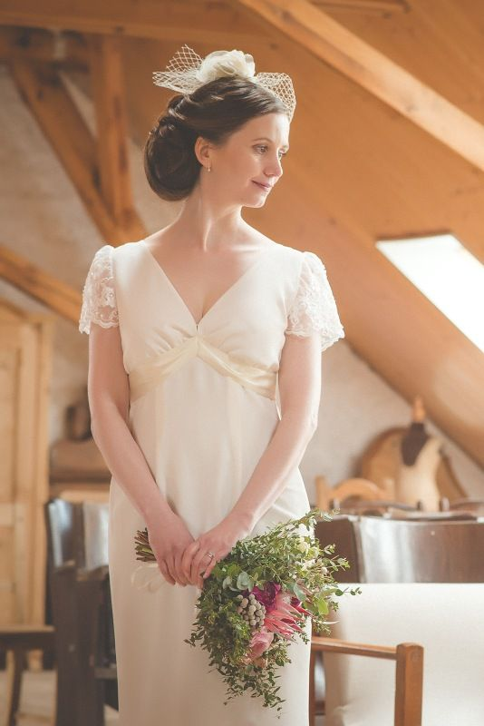 Žoržetové svatební šaty Jednoduché svatební šaty z těžkého splývavého italského žoržetu. Šaty jsou vypasované, od kolen rozšířené, na podšívce zadního dílu je tylový volán. Krátké rukávky z krajky. Tyto šaty byly šity na míru, ale ráda je ušiji další nevěstě. V barevném provedení by se hodily i svatební mamince.