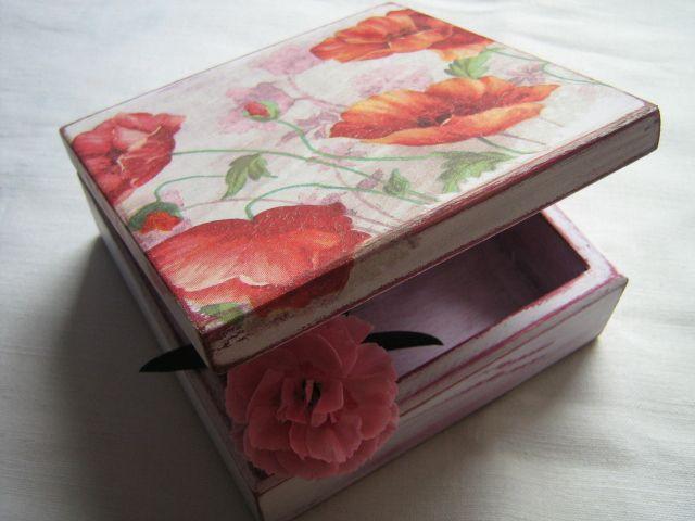Drewniane pudełeczko ozdabiane metodą serwetkową.