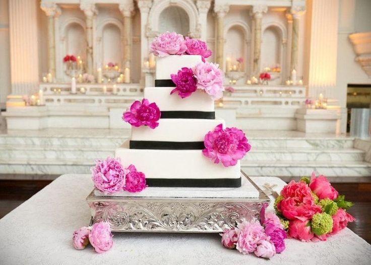 gâteau de mariage carré à 4 étages avec ruban noir et pivoines