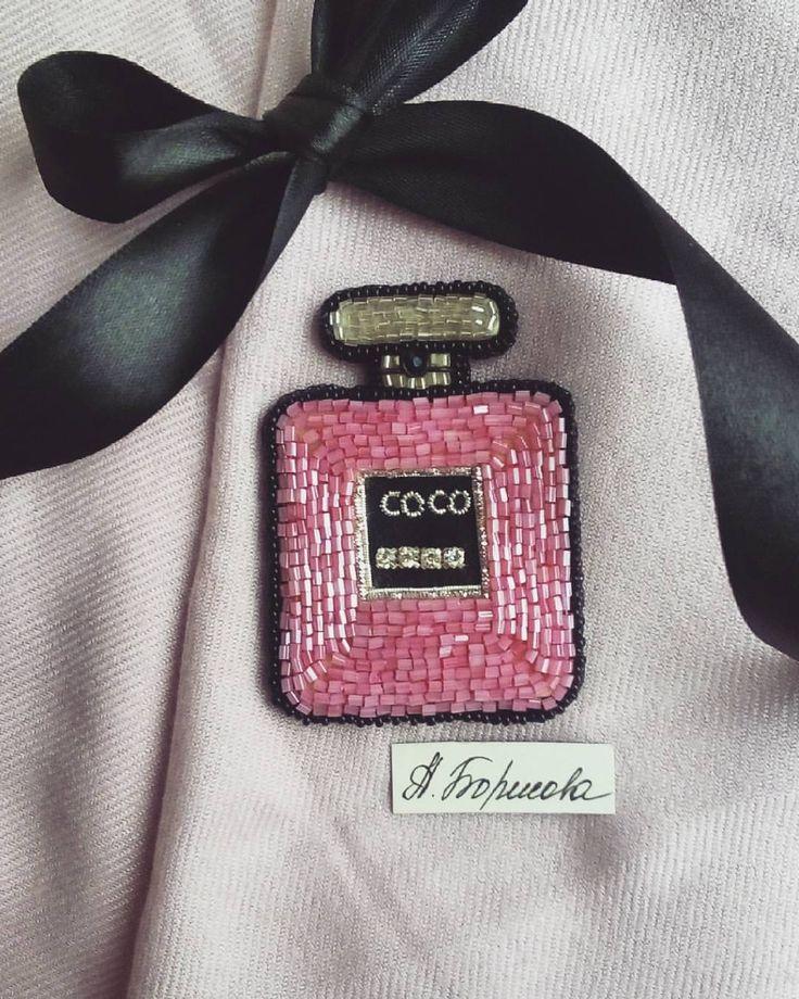 Наверное самая вкусная часть женщины- это её парфюм. По запаху можно сказать многое о его обладателе! Духи дарят нам особенное настроение, при чем один и тот же аромат на каждом человеке может иметь совершенно разные запахи! Запах этих духов мне не известен, а вот @nastenka.happiness точно знает что этот запах точно для неё! Спасибо за доверие и твой необычный заказ! #духиназаказ #брошьнакаждыйдень #брошь #брошьдухи #духиброшь #кокошанель #украшенияручнойработы #стильно #розовый #pink…