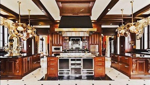 ¿Qué elementos decorativos nunca faltan en las cocinas de los artistas más reconocidos del planeta? Una cafetera exclusiva. En la cocina de Celine Dione la estrella es #Elektra #BelleEpoque bit.ly/1N8Ko6N