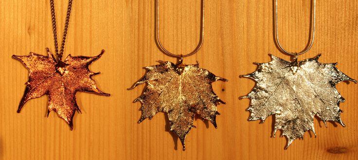 Tolle Anhänger aus Kanadischen Ahornblättern, in Kupfer, Gold oder Silber. Das Foto entstand im Sonnenuntergang :)