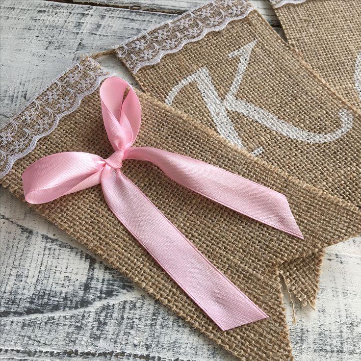 Roze strikken aan het begin en eind van je jute naamslinger | www.evicecreatief.nl/webshop.html
