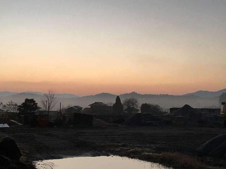 今朝はえらい幻想的な風景になってた。 遠くの山の見え方がいい! この雰囲気は好きです! #朝 #朝もや #幻想的 #山