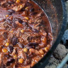 """Das Chili con Carne ist wohl eines DER klassischen Outdoor-Rezepte für den Dutch Oven. …und mal ehrlich: Wenn man ein Chili zusammen mit Freunden am Lagerfeuer zubereitet, z.B. nach dem man eine Wanderung oder eine Offroad-Tour hinter sich hat, kommt doch direkt Abenteuer-Feeling mit einer Prise Cowboy-Romantik auf, oder nicht? Das Dutch-Oven-Chili """"OCB-Style"""" zeichnet sich vor allem dadurch aus, dass nicht wie sehr häufig üblich Rinderhack als Fleischbasis in das Chili kommt, sondern…"""