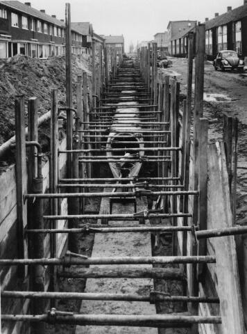 Gezicht op de aanleg van centrale riolering in de Hooft Graaflandstraat te Utrecht. 1957