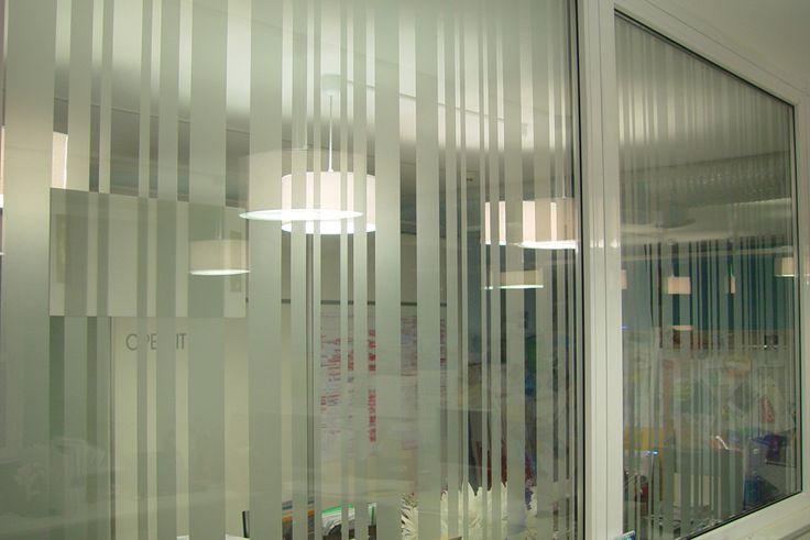 Декор стеклянных межкабинетных перегородок в офисе