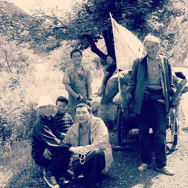 #五体投地 #チベット #巡礼  昔、兄弟弟子達と共に成都(四川省)からラサ(tibet)へ向けて修行の旅に出たことがある。  その道中で、あるチベット人のご家族と偶然に出会った。  聞けば、五体投地を繰り返しながら数年をかけて聖地ラサを目指すという。  雨の日も、風の日も、暑い日も、寒い日も、ただひたすら深い祈りを捧げながら。  人生には、いろいろな生き方がある。  人生には、悲しいこと辛いこと苦しいこと、いろいろな出来事が起こる。  それでも、今日を、今を、この瞬間を、大切に、精一杯に、一生懸命に。  合掌