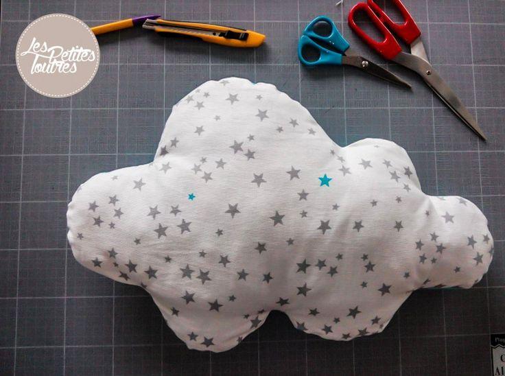 """Pour les fans de déco sur le thème """"nuage"""" comme moi, voici un tutoriel pour réaliser un coussin nuage en toute simplicité!"""