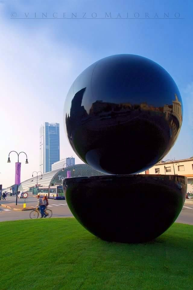Torino capitale italiana dell'arte moderna celebra l'installazione di un opera d'arte contemporanea -Punt e Mes- davanti Porta Susa