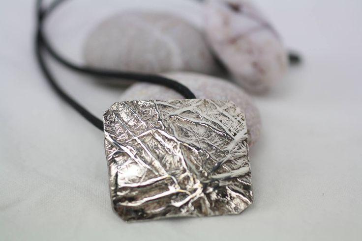 Colgante cuadrado de plata con textura, collar plata y cuero, gargantilla de plata, colgante plata envejecida, medallón de plata. de Nohay2 en Etsy https://www.etsy.com/es/listing/523893635/colgante-cuadrado-de-plata-con-textura