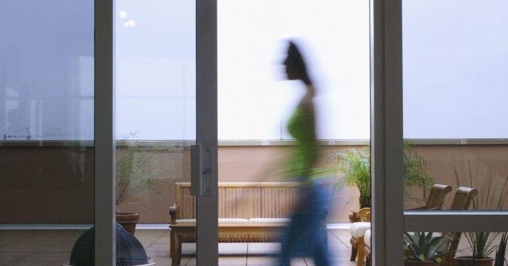Partes y componentes de una puerta corredera de aluminio. Las puertas correderas de aluminio son marcos de aluminio que sostienen, en la mayoría de las circunstancias, el vidrio o los paneles de plexiglás de al menos 6 pies y 8 pulgadas (2 m) de altura, y de hasta 8 pies (2,5 m) de ancho. Montados en rieles de aluminio, los marcos se deslizan para abrir y cerrar, permitiendo el acceso a patios, terrazas ...
