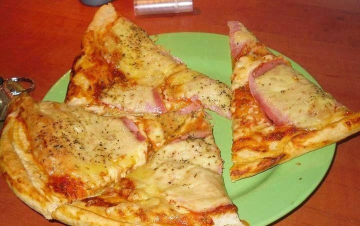 Pizza bez drożdzy 2  Składniki -2 szklanki mąki -1/3 szklanki oliwy lub oleju -2/3 szklanki mleka -2 łyżeczki proszku do pieczenia  Przygotowanie: Połączyć wszystkie składniki razem. Zagnieść ciasto, rozwałkować i ułożyć na blasze. Posmarować sosem i na to wrzucić swoje ulubione dodatki Piec w temp. 150 stopni przez ok 15-20 min. 5 min przed wyjęciem pizzy z piekarnika posypać ją ziołami prowansalskimi,