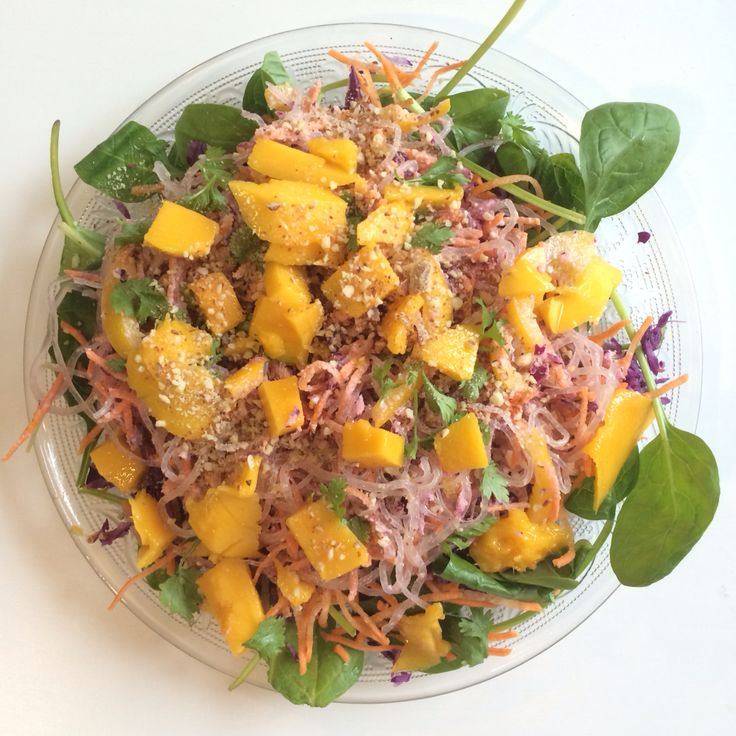 Regenboog salade met kelp, mango, rode kool, spinazie en amandel dressing