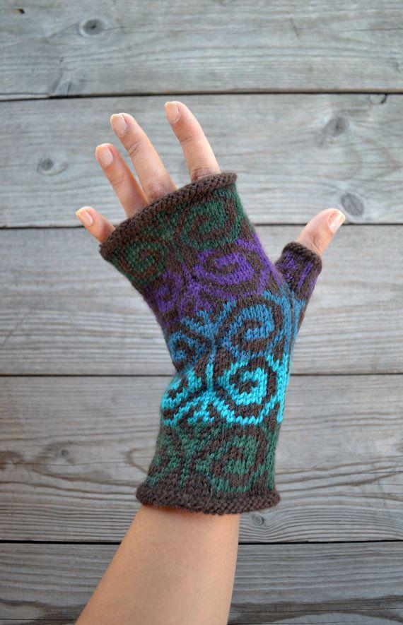 Ces mitaines sont tricotés à la main et disposent d'un motif géométrique classique dans une grande combinaison pour l'automne.  Fabriqué à partir de laine, leur naturellement isoler propriétés vous gardera au chaud dans les mois plus froids !  Mitaines vous offrent le meilleur des deux mondes : exempt dengelures mains sans la majeure partie des gants traditionnels. Ils sont parfaits pour la dactylographie, la conduite, artisanat, ou quel que soit le cas !  J'ai fait ces mitaines colorées…
