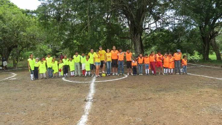 Los equipos que jugaron el partido de fútbol.