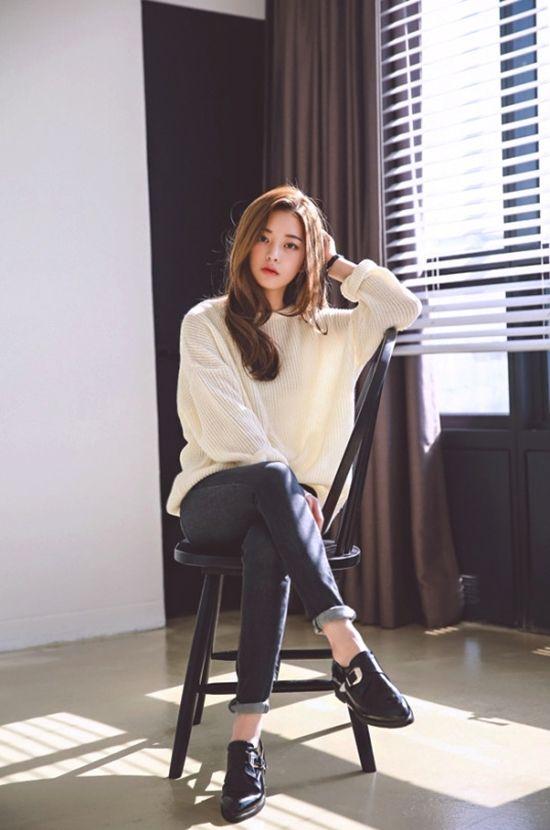 Baggy cream jumper, dark blur roll up skinny jeans, black shoes.                                                                                                                                                      More