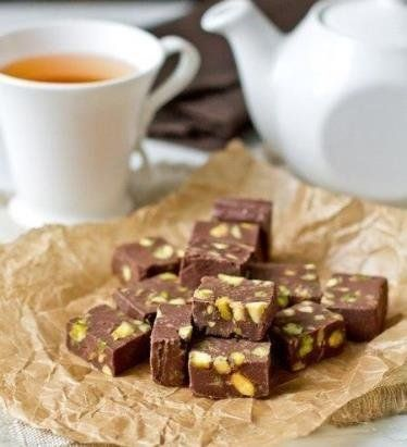 Ингредиенты: шоколад - 200 г темного или молочного, сливочное масло 25 г вареная сгущенка 200 г фисташки ( кешью, фундук, , грецкие орехи или смесь) 120 г