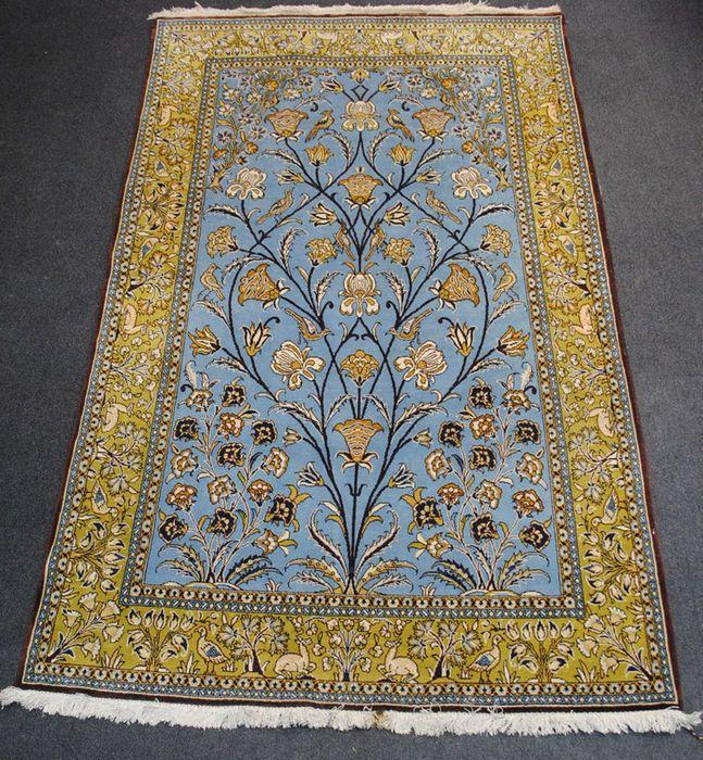 Dit prachtige authentieke blauwe Perzisch tapijt van de stad van Qom vertegenwoordigt zeer zuivere motieven van de boom des levens met goed ontworpen takken, bladeren en vogels. Deze hand geknoopt tapijt is geproduceerd in de heilige stad van Qum in Iran rond 1970. De purety van de lijnen in een zeldzame harmonie en zijn zeer fijne weven, maken het een uitzonderlijk stuk van schoonheid en kracht.  Dit tapijt is gemaakt van wol van superieure kwaliteit. Maat 220 x 135 cm. Een opmerkelijke…