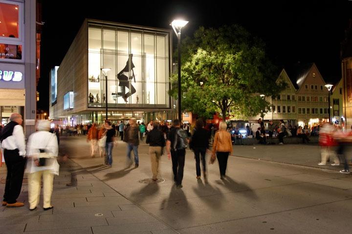 Jedes Jahr findet im September die Kulturnacht statt und lockt Tausende in die Donau-Doppelstadt. Dieses Jahr findet Sie am 15.09 statt. Infos zum Programm: http://www.kultur-in-ulm.de/web/kulturnacht/index.php#