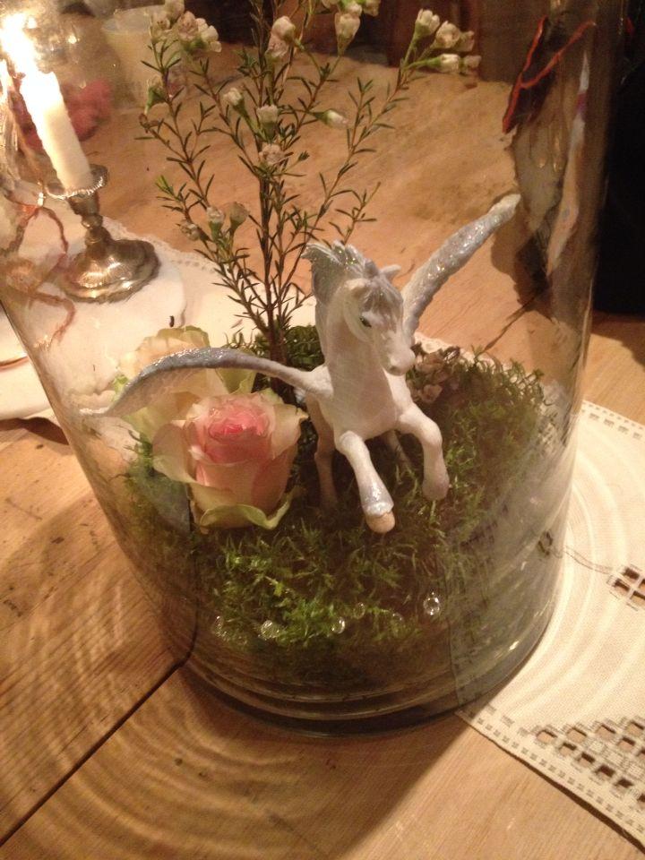 Table senterpiece. Bruk figurer fra barnerommet med mose og blomster.