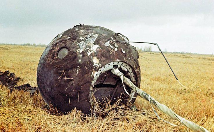 Cápsula vazia da Vostok 1, que caiu perto de Moscou; Gagárin pulou de paraquedas a uma altura de 7.000 metros