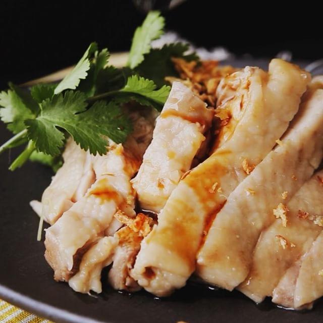 3種ソースの海南鶏飯 ■材料 ・鶏もも肉 1枚(250g) ・お米 2合 ・水 360ml ・青ねぎ 10cm程度 ・パクチー 適量 ・フライドオニオン 適量 《A》 ・生姜の千切り 15g ・醤油 大さじ1 ・顆粒チキンスープの素 小さじ2 ・サラダ油 小さじ1 ・塩 小さじ1 《ソイソース》 ・醤油 大さじ1 ・オイスターソース 大さじ1 ・はちみつ 小さじ1 《チリソース》 ・スイートチリソース 大さじ2 ・ナンプラー 大さじ1 ・レモン汁 大さじ1 《生姜ソース》 ・生姜すりおろし 小さじ2 ・長ネギみじん切り 大さじ1 ・ナンプラー 大さじ1 ・ごま油 大さじ1 ・砂糖 大さじ1 ■手順  1. 鍋に洗って浸水させたお米、水、《A》を入れて軽く混ぜたら、上に鶏もも肉とネギをのせる。  2. 蓋をして強火で加熱し、沸騰したらごく弱火にして12分炊いていく。そのまま10分ほど蓋を開けずに蒸らす。  3. 鶏肉は1cm幅に切る。ネギは取り除き、全体を混ぜる。  4. ソースの材料をそれぞれ混ぜ合わせておく。  5…