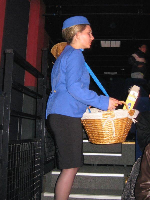 Au ciné, l'hôtesse vendait et disait : bonbons caramels, esquimaux chocolats !