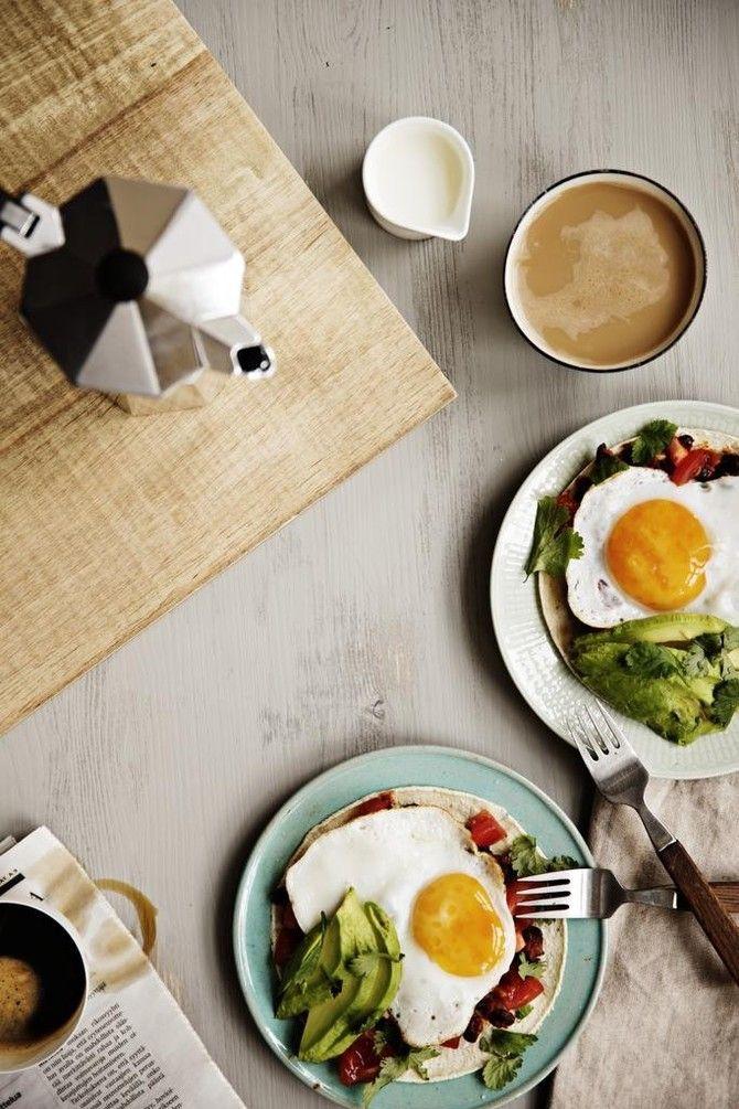 Huevos Rancheros on aamiaisannosten klassikko. Meksikolaisen säväykseen aamupalapöytään tuo avokado, papusalsa ja maissitortillat. Munat paistetaan perinte