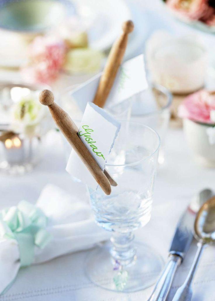 ENKLE BORDKORT: Fest bordkort på glassene med en klype.