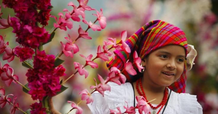 Garota participa de Festival das Flores  -Panchimalco em El Salvador.