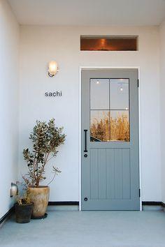 玄関の扉は窓がないことが多いけど、窓ありも開放的でいい。