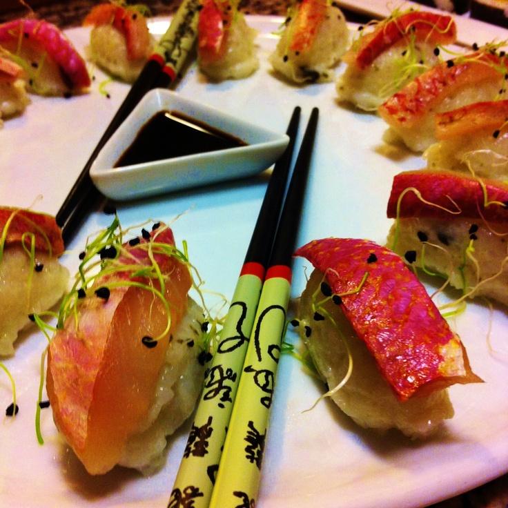 Nigiris de salmonete e rebentos de cebola