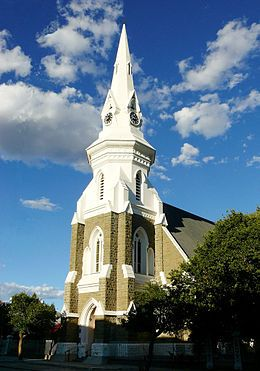 Beaufort-Wes se sowat 120 jaar oue NG kerkgebou troon vandag nog uit bo die ander geboue in die besige hoofstraat, Donkinstraat, wat 'n deel vorm van die N1- nasionale pad deur die Karoo.