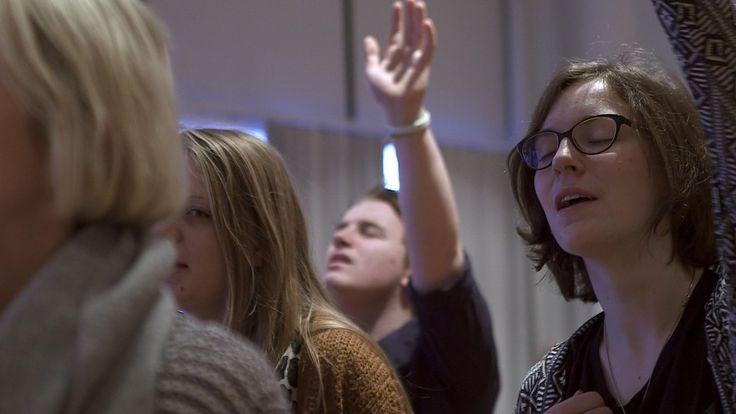 Norsk dokumentarserie. Stadig flere unge kaller seg personlig kristne, men hva betyr det å leve et aktivt kristenliv i dag? Hvordan er det å ha Jesus som forbilde i et samfunn preget av individualisme og prestasjonsjag? I denne serien skal vi følge livet og drømmene til fem elever ved en bibelskole i Stavanger. På timeplanen står Pastorens time og trosforsvar hvor elevene stiller spørsmål om evolusjon og om alle ikke-kristne kommer til helvete. Vi blir også med på en kristen ungdomsfestival…