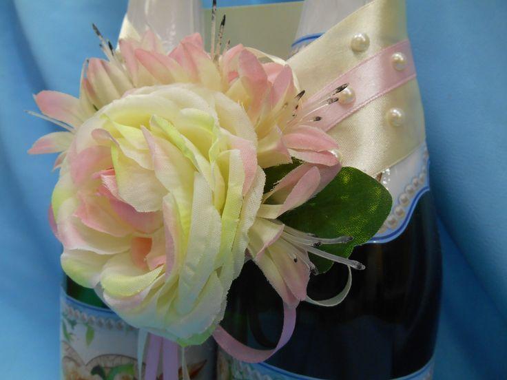 Лента на бутылки шампанского из атласа розового цвета и цвета слоновой кости, декорированы жемчугом, бантиками. Крупная викторианская  роза  цвета айвори,  гайлардии розового-кремового цвета.#лента #свадьба #шампанское #бутылки #роза #розовый #айвори #декор #ручнаяработа #soprunstudio