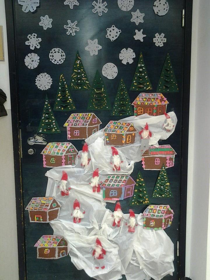 """""""Jouluinen ovi"""" (luokassa).Talojen kaavat piirsin lapsille valmiiksi, ja myös vähän apuviivoja oli tuomassa tuota kolmiuloitteisuuden ideaa. Namuset on liimapintaista softista ja lumi piparkakkutaloissa on ihan valkoista liitua. Muuten silkkipaperia lumena. (Alakoulun aarreaitta FB -sivustosta / Elina Virtanen)"""