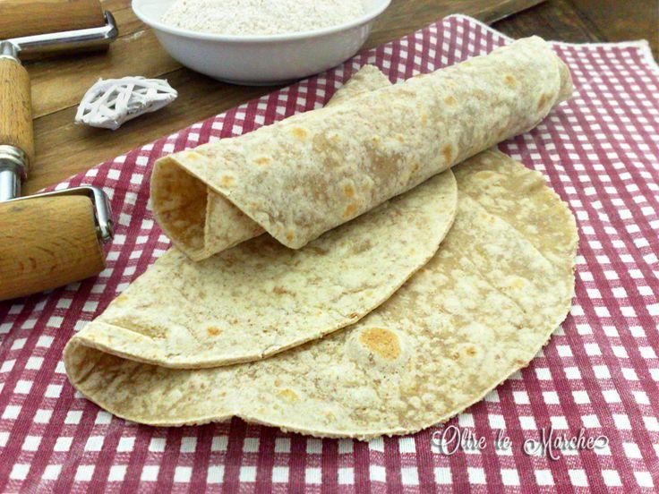Le tortillas integrali vegane sono simili alle nostre piadine, sottili e senza lievito. Le abbiamo preparate con farina integrale e olio d'oliva, semplici.