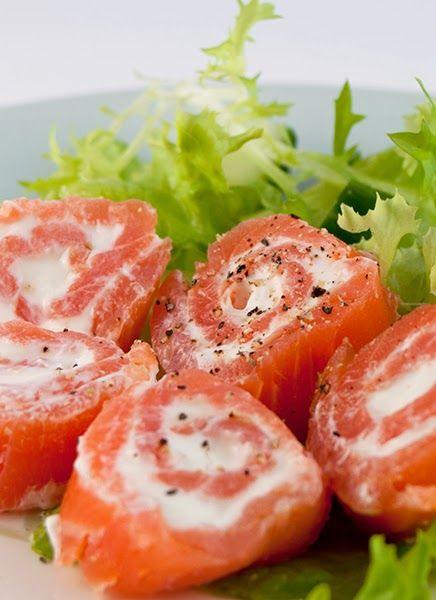 smoked salamon rolls entr es buffet et fringales pinterest smoked salmon serving plates. Black Bedroom Furniture Sets. Home Design Ideas