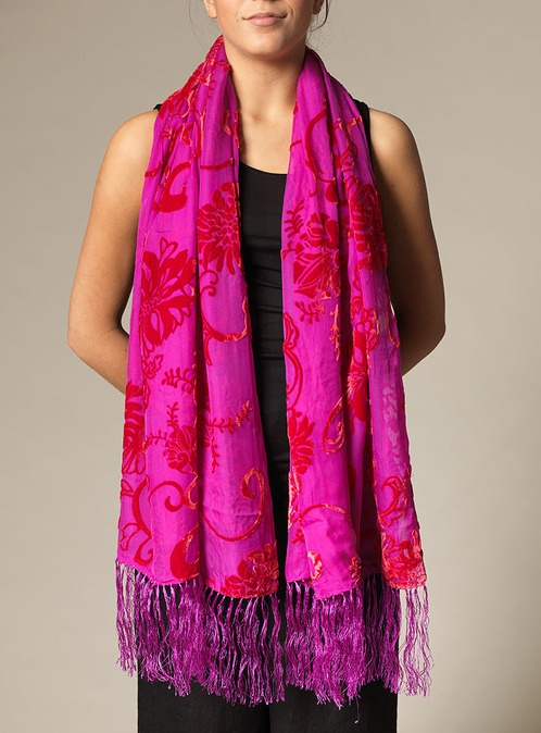 Sammetssjal dubbel rosa - 525 SEK - Vacker sjal i intensivt rosa med blomstermönster i röd sammet. Sjalen är 52 cm bred och 170 cm lång.