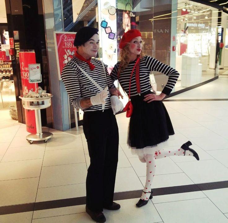 """W Walentynki na pasażu Galerii Katowickiej duet mimów """"Mimello"""" odgrywał dla Was zabawne scenki nawiązujące do tematyki święta zakochanych #GaleriaKatowicka #Mimello #Walentynki"""
