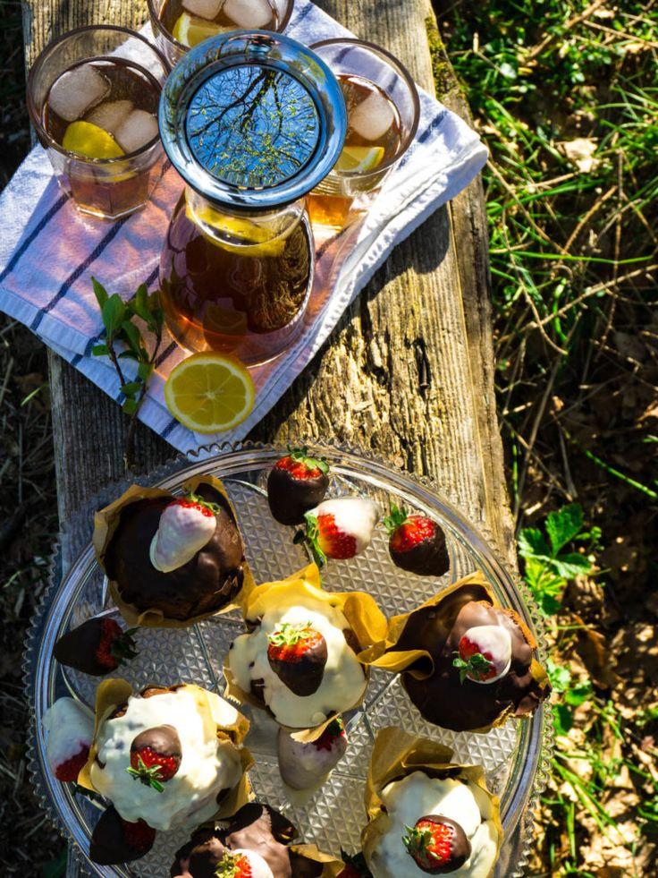 Picknick Rezepte: Selbstgemachter Eistee mit Schokoladenmuffins mit Erdbeeren