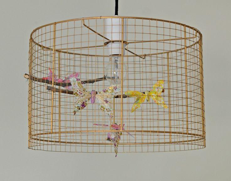 pantalla pintada en dorado con forma de jaula .Contiene ramas y juego de 6 mariposas.Dimensiones : Plazo de fabricación: 5 días