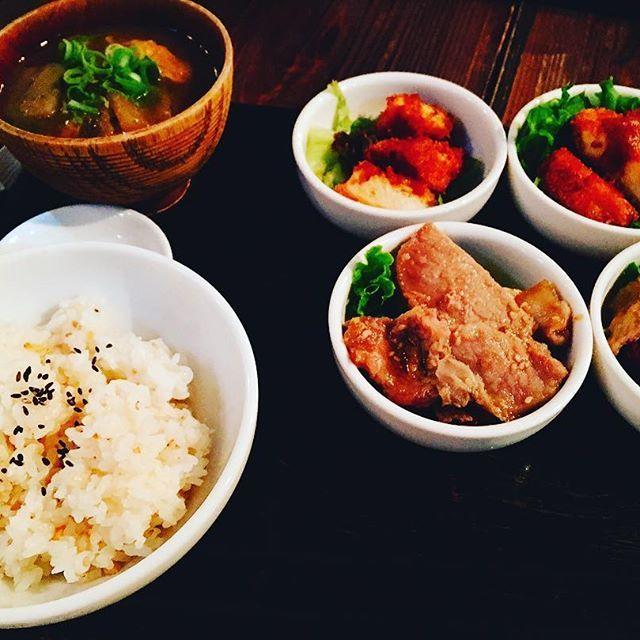 財布忘れて4つの小鉢をチョイスをお願いしてたらまさかの2種類という(笑)😁 諸先輩方の優しさ(いじる)を感じました。  #24/7coffee&roasterujina #4種類の小鉢 #同じ小鉢 #肉 #豚のしょうが焼き ×2 #チキンカツ ×2