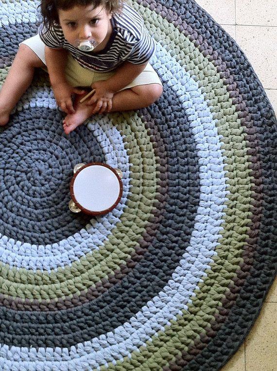 Alfombra de ganchillo, redondas alfombra colorida, niños alfombra, alfombra, alfombra de algodón, tejidos de alfombra    Alfombra hecha a mano de ganchillo precioso, tejió multicolores; color verde oliva, gris, marrón y azul brillante    Diámetro: 120 cm/47.2 pulgadas  Peso: aprox. 4 Kg. Esta alfombra de ganchillo hecho a mano de hilo de algodón muy suave.    Instrucciones de cuidado: Lavar a mano solamente.    **********    Para cualquier pregunta, no dude en contactarme me-binyamin.hag...