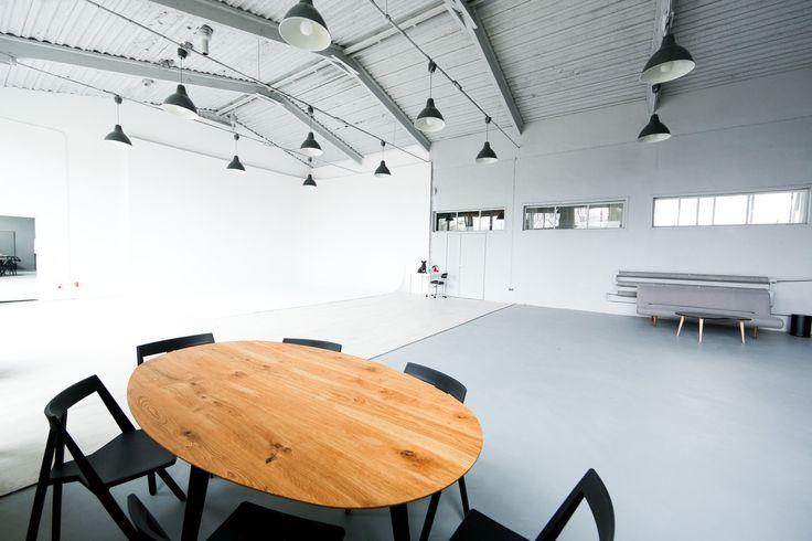 Studio fotograficzne i filmowe Mąka to przestronna jasna przestrzeń w loftowym stylu. 200metrowe studio wyposażone jest w dużą narożną cykloramę, oświetlenie Profoto, stanowiska charakteryzatorskie igarderoby. Do największych zalet studia należą: doświadczona iprofesjonalna obsługa, możliwość wypożyczenia wysokiej jakości sprzętu oraz świetna lokalizacja w sercu biurowego Służewca. Studio sprawdzi się zarówno podczas wszelkiego rodzaju sesji zdjęciowych, jak ikonferencji, warsztatów…