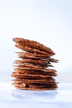 In deze koekjes zijn verwerkt: kandij, bloem, boter, amandelen en hazelnoten…