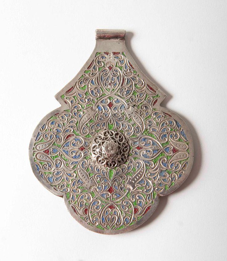 Un argento massiccio molto raro e pregiato inseguito e incisa buffoni marocchino khamsa pendente in questo tipico marocchino Marrakech/Essaourian Quadrifoglio forma, molto sofisticato nella progettazione ed esecuzione con uno stile di Meknes ottimo lavoro di smalto verde, blu e rosso. Il centro del cerchio viene generato con il lavoro di scorrimento che circondano una rosa  Il design è lo stesso sia anteriore e posteriore ed è dargento di alta qualità.  Questo sarebbe stato fatto per una...